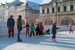 Prvňáci ze ZŠ Petra Bezruče na hodině bruslení na žateckém náměstí Svobody
