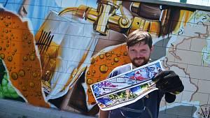 Streetartový umělec Dmitrij Proškin alias ChemiS tvoří v Žatci své nové dílo. Na sedmdesátimetrové zdi propojí fotbal, vodáky, Ohři, přírodu, rybáře, ale také chmel a pivo.