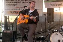 Písničkář Xavier Baumaxa vystoupí v Klášterní zahradě v Žatci v pátek.