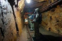 Chemici 4. brigády rychlého nasazení měřili radioaktivní kontaminaci v uranových dolech.