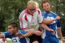 V přípravném utkání Žatec B – Dobroměřice je ve výskoku Kamil Smola mezi domácími hráči Rostislavem Tatárem a Lubošem Podroužkem.