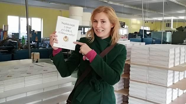 Veronika Kyčera Kučerová z Loun vydává novou s názvem Sláma v botách 2: Nejdůležitější vživotě je láska. A hlína za nehty!