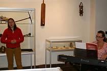 Výstava Hádej, hádej, hádači. Na slavnostní vernisáži vystoupily také žákyně Základní umělecké školy Louny.