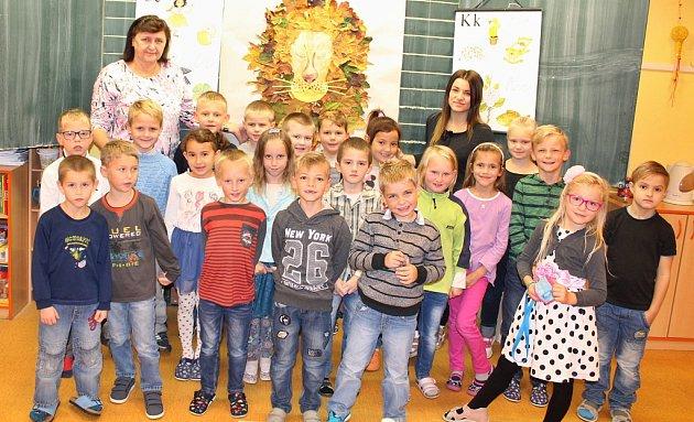 První třída ZŠ Lenešice, okterou pečují třídní učitelka Pavla Vaiglová a pedagogická asistentka Zuzana Charvátová.