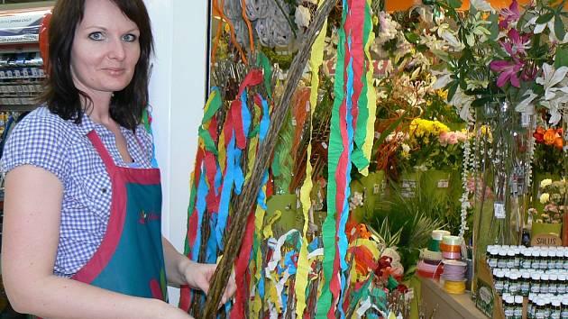 Táňa Petrášová nabízela tradiční pomlázky zájemcům v květinářství v nákupním centru v Žatci