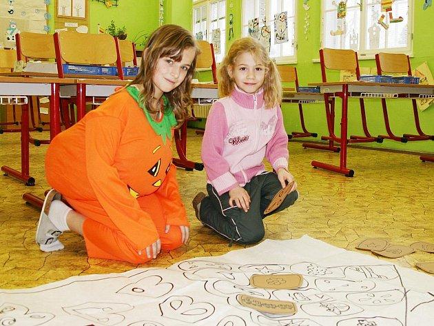 Anna Šmejkalová, kterou provázela školou Tereza Pilmajerová  z páté třídy, převlečená za dýni