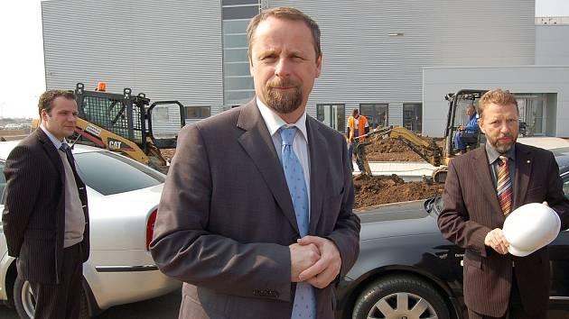 Ministr Martin Říman si prohlíží staveniště zóny Triangle před továrnou IPS Alpha v Žatci.