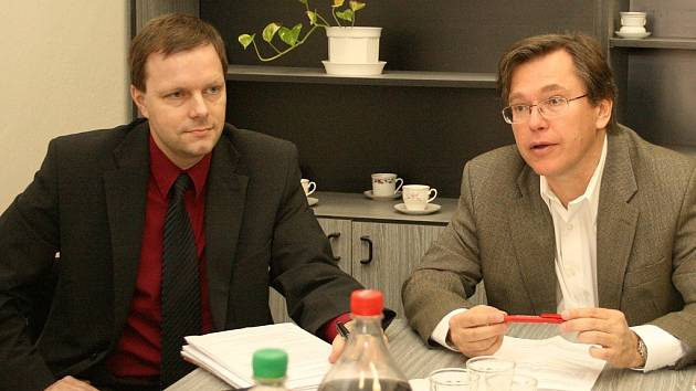 Marcel Chládek a Libor Rouček (zleva) při setkání s novináři v kanceláři ČSSD v Lounech.