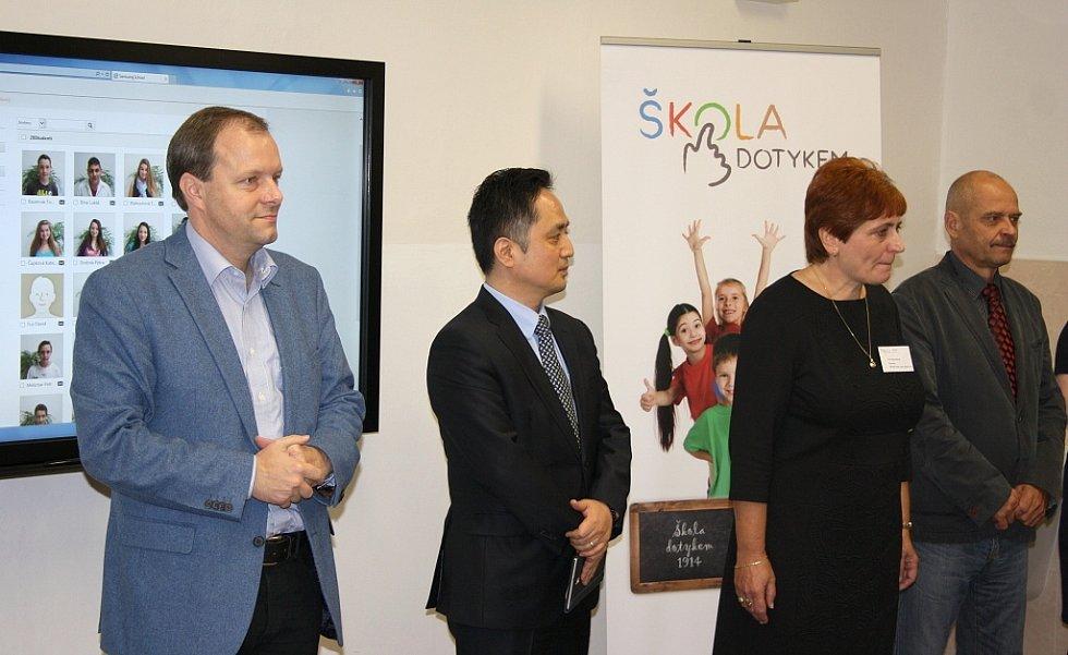 Ministr školství Marcel Chládek, Daewon Kim, prezident společnosti Samsung, Věra Benešová, ředitelka školy, a Radovan Šabata, starosta Loun (zleva)