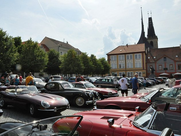 Sraz vozů jaguár na Mírovém náměstí v Lounech