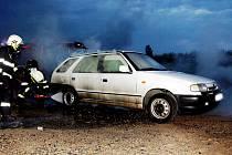 Hasiči zasahují u auta v Čeradicích.