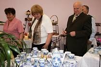 Výstavu navštívil také generální ředitel společnosti Český porcelán Vladimír Feix (vpravo).