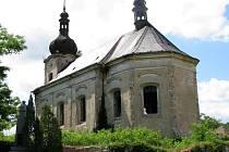 Kostel Neposkvrněného početí v Siřemi patří k nejzdevastovanějším v okrese. Existuje projekt na jeho záchranu, spojený s osobností Franze Kafky, který v Siřemi pobýval, zatím ale chybějí peníze.