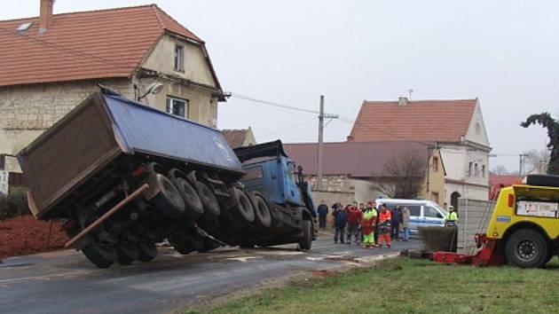Nákladní vůz se převrátil v zatáčce při průjezdu Staňkovicemi