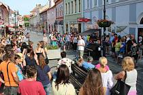 Slavnostní uvedení piana na Pražské ulici v Lounech do provozu bylo v neděli velmi příjemné. Už o pár dní později ale přišlo řešení nepříjemností. Hlavně s neukázněnými dětmi