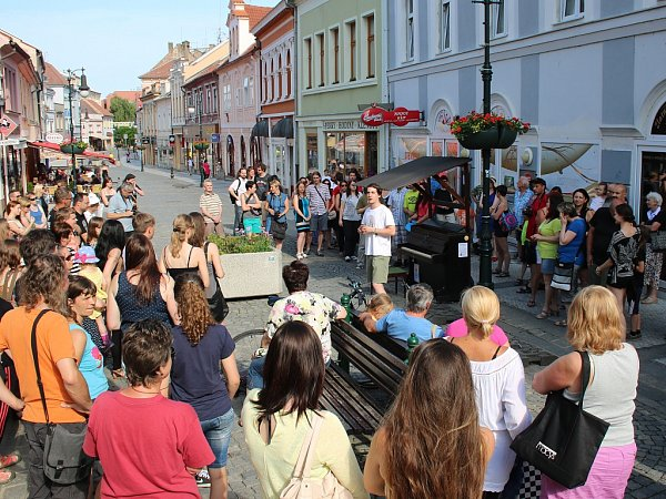 Slavnostní uvedení piana na Pražské ulici vLounech do provozu bylo vneděli velmi příjemné. Už opár dní později ale přišlo řešení nepříjemností. Hlavně sneukázněnými dětmi