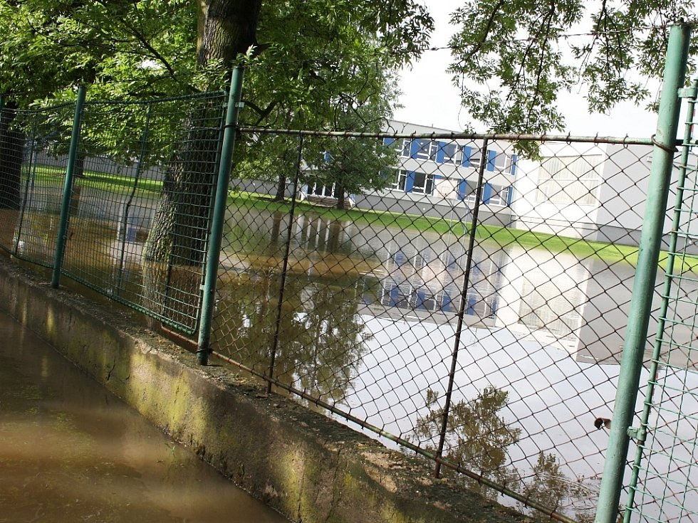 Rozvodněná Ohře v Lounech 4. 6. 2013. Pohled na hřiště u ZŠ P. Holého