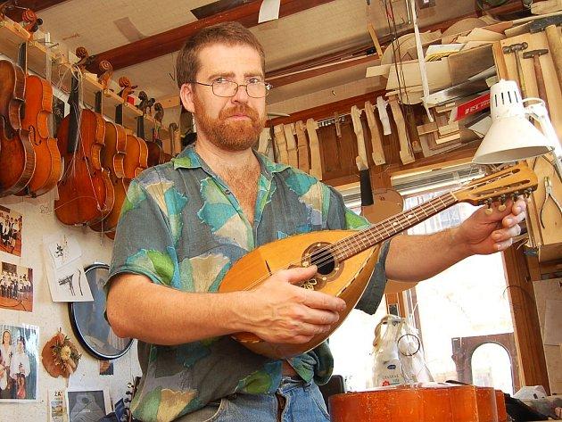 Daniel Adamcsek ladí mandolinu ve své dílně v Žatci.