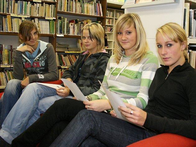 Studentky z Obchodní akademie v Lounech Lenka Hromadová, Romana Hrušková, Simona Anderlová a Michaela Povová (zprava) si čtou v tamní knihovně.