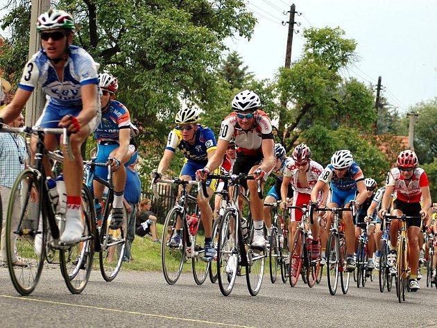 Účastníci Mléčného závodu projíždějí vrchařskou prémií na Markvarci, Zcela vlevo je vítěz etapy a celého závodu Belgičan Gianni Van Calster,  číslo 60 má nejlepší z Čechů v etapě i závodě  Matěj Lasák z Opavy.