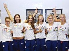 Jako první odletěli směr Brazílie, na nadcházející olympijské hry, čeští plavci. A mezi nimi také žatecká naděje Lucie Svěcená (třetí zleva).