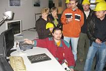 Všechny účastníky exkurzí zajímá při prohlídce elektrárny v Počeradech také místo, odkud se vše řídí. Na snímku si velín elektrárny prohlížejí učitelé fyziky z celé republiky.