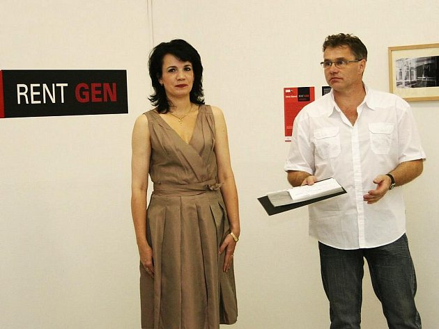 Výtvarnice Irena Jůzová s ředitelem galerie Ladislavem Paurem