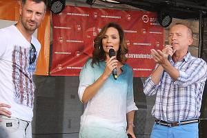 Moderátoři televize Prima při zábavném dni na žateckém náměstí v srpnu 2015.