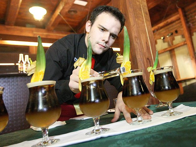 Vítek Königsmark připravuje nápoj při barmanské soutěži s názvem Žatecké pivo cup
