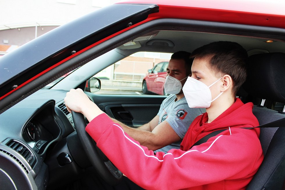 I v době lockdownu běží dál výuka v Autoškole Janouš v Žatci. Zájem o řidičské průkazy je nejen tam, ale i v dalších autoškolách po celém kraji, velký.