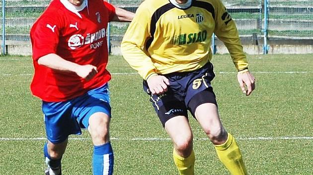 Bývalí spoluhráči z Mostu, kteří před rokem hostovali v Blšanech ve II. lize, se potkali v sobotu v utkání  ČFL v Plzni. Vlevo je domácí Ondřej Šiml, vpravo Jan Poláček.