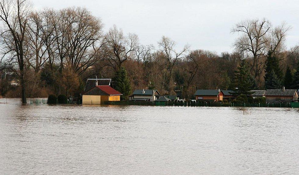 Sobota 15. ledna. Řeka Ohře zatopila zahrádky také na druhém konci Loun. Pohled ze silnice na Most před Dobroměřicemi