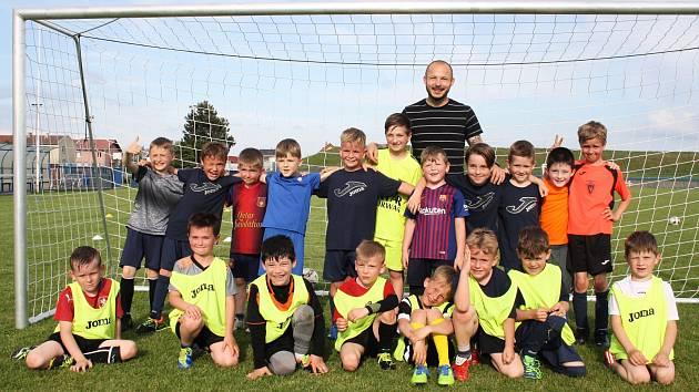 Tomáš Vondrášek s malými fotbalisty Žatce