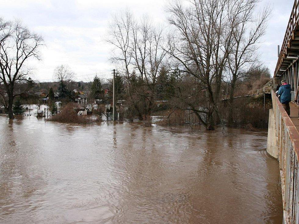 Sobota 15. ledna. Ohře zaplavila zahrádkářskou kolonii Na Losech. Pohled ze železničního mostu