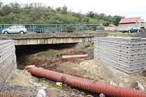 V Lipenci se zrekonstruuje i druhý most přes Hasinu. Kvůli tomu se tam u silnice Louny – Žatec staví provizorní komunikace.