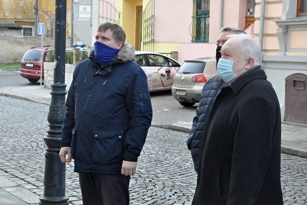 Vzpomínka na oběti holocaustu u synagogy v Lounech
