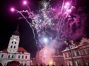 Silvestrovský ohňostroj na náměstí Svobody v Žatci. Archivní foto