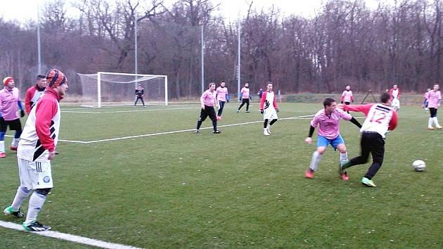 Fotbalisté Postoloprt (v červenobílé kombinaci) porazili tým Nového Sedla (růžové dresy) vysoko 4:0.