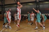 Basketbalisté Loun (v bílém) sice bojovali, ale na lídra tabulky nestačili. Baník tak je i nadále bez porážky.
