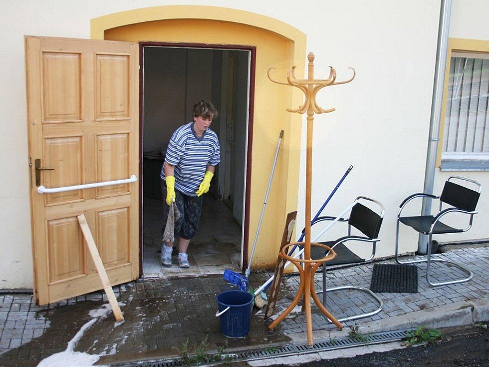 Odklízení následků bouře v Bítozevsi