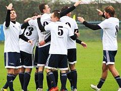 Fotbalisté Dobroměřic se radují z gólu. Ze šesti domácích utkání v sezoně prohráli jen jedno, a to s Kryry 1:2.