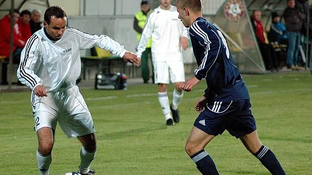 Fotbalové utkání Blšan (v bílém) proti LoKo Chomutov. Na snímku hrající trenér Josef Němec