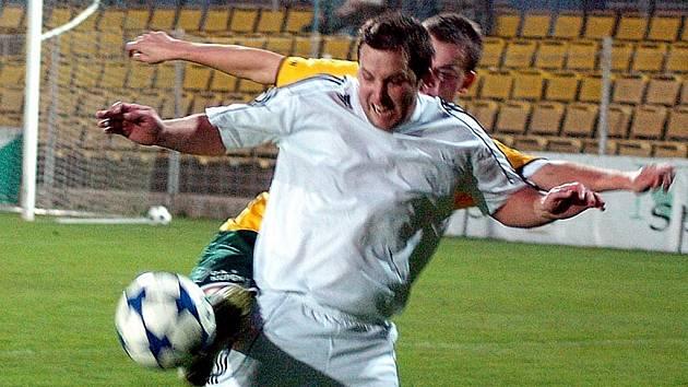 Blšanský Luděk Stracený (v bílém) při zápase s Jiřetínem