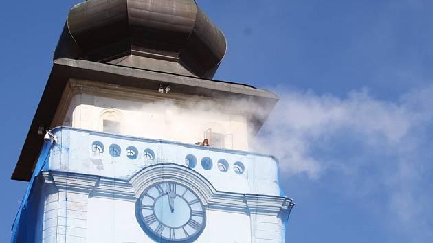 Hasiči zasahují u simulovaného požáru žatecké radnice