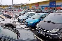 Do obchodů, které byly kvůli nařízením vlády uzavřené, se ve čtvrtek 3. prosince vrátili zákazníci. Ti svými auty například zcela zaplnili parkoviště v obchodní zóně Stop shop v Žatci.