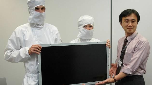 Yukihiro Sato, ředitel žatecké IPS Alpha, ukazuje spolu se zaměstnanci ve speciálních oblecích do superčistého výrobního prostředí LCD modul, který továrna v zóně Triangle vyrábí. Obrazovka bude v televizorech značky Hitachi, Panasonic a Toshiba.