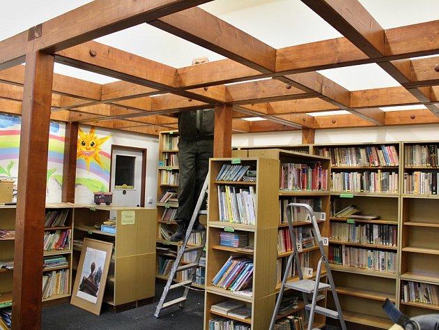 Odsouzení montují ve staňkovické knihovně konstrukci pro vyvýšený dětský čtenářský koutek.