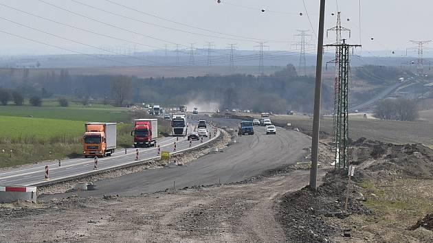 Stavební práce na úseku dálnice D7 v Panenském Týnci. Ilustrační foto.