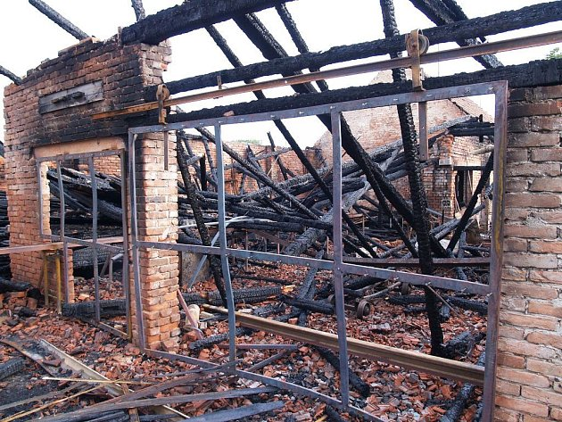 Pila v Panenském Týnci po požáru.