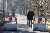 Betonové bloky, které zabraňují průjezdu aut, nechala před rokem lounská radnice umístit do Dobroměřické ulice. Komunikace mezi Louny a Dobroměřicemi je tak neprůjezdná.